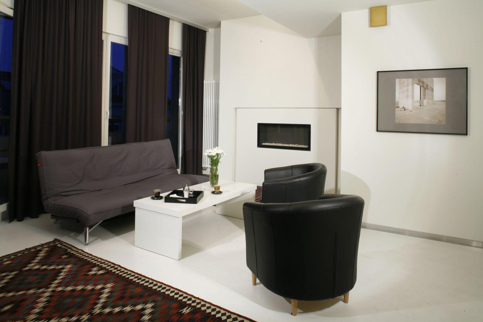 Salon urządzony w czerni i bieli to bardzo eleganckie rozwiązanie. Stylowe fotele świetnie uzupełniają aranżację. Projekt: Ovotz Design Lab. Fot. Bartosz Jarosz