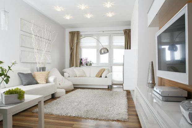 10 polskich salonów z białą sofą w roli głównej