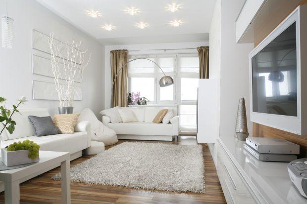 Całkowicie biały salon? To doskonałe rozwiązanie, jeśli chcesz, aby wnętrze było jasne i słoneczne.