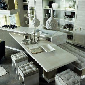 Stylowa kuchnia z półwyspem połączonym ze stołem jadalnianym. Wygodne siedziska zapewniają relaks i komfort. Fot. Zappalorto