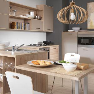 Wielu producentów oferujących zarówno meble kuchenne, jak i do pokoju dziennego oferuje je w podobnej lub tej samej stylistyce. Dzięki temu możemy dobrać ten sam kolor i wykończenie mebli i stworzyć płynne połączenie otwartej kuchni z salonem. Fot. Black Red White
