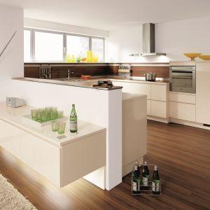 Półwysep z jednej strony oferuje dodatkową przestrzeń przygotowywania posiłków, a z drugiej pełni rolę funkcjonalnej półki. Fot. Alno