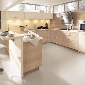 Połączenie jasnego drewna i kolorem beżowym, sprawi, że wnętrze kuchni będzie świeże i bardzo przytulne. Mimo, że urządzone w nowoczesnej stylistyce. Fot. Alno