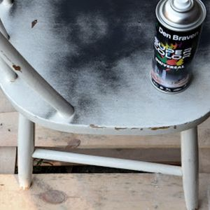 Malowanie sprayem nie zajmuje dużo czasu. W tym przypadku trwało dosłownie 15 minut. Warto zacząć od spodu krzesła, aby wygodnie pomalować nóżki trzeba je odwrócić nogami do góry. Fot. Deco-Szuflada