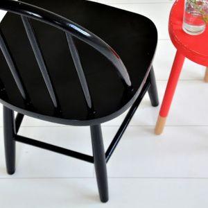 Na stelaż nanieś pierwszą warstwę farby. Odczekaj, aż wyschnie, po czym pokryj całe krzesło, zarówno siedzisko, jak i stelaż kolejną warstwą ulubionej farby. Fot. Deco-Szuflada