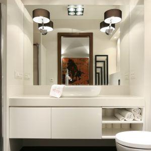 Biel optycznie powiększa pomieszczenia. Dla jeszcze lepszego efektu można na ścianie w łazience powiesić ogromne lustro. Projekt: Małgorzata Galewska. Fot. Bartosz Jarosz