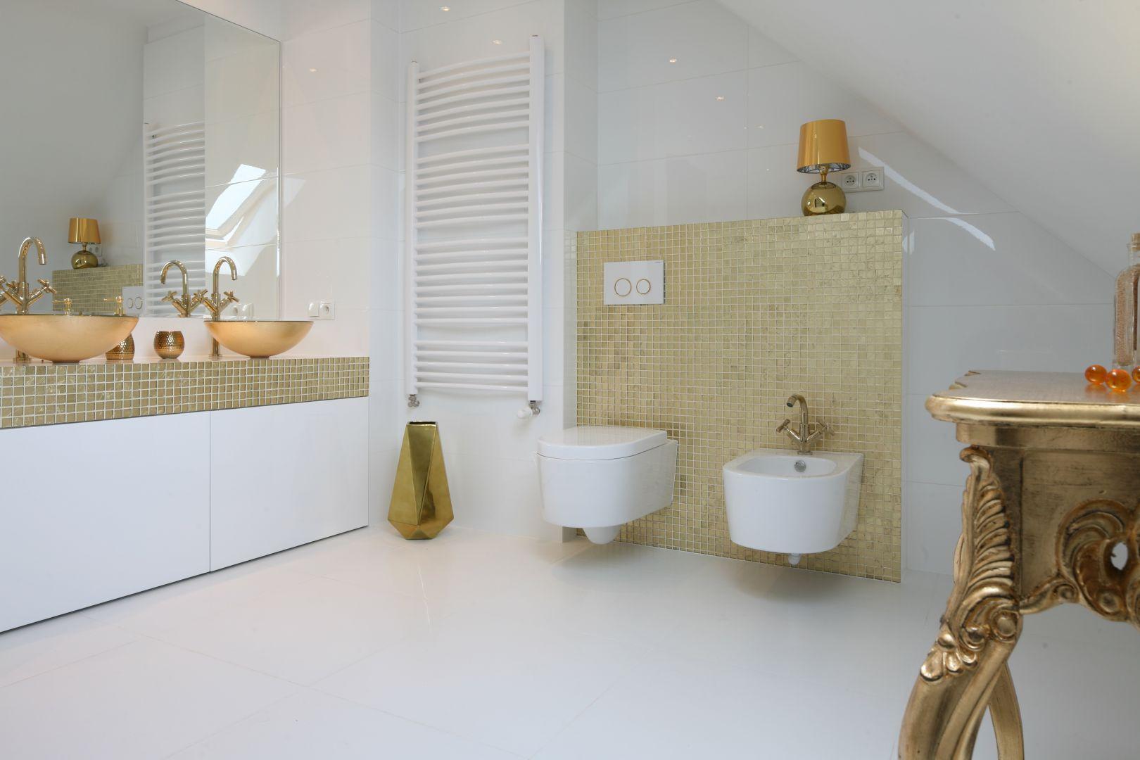 Biel jest fantastycznym tłem dla złotych dodatków. Dzięki nim łazienka jest stylowa i ma luksusowy klimat. Projekt: Piotr Stanisz. Fot. Bartosz Jarosz