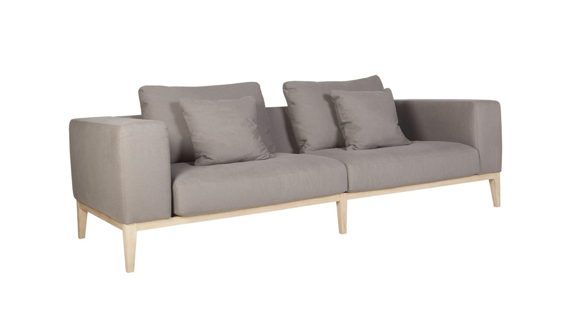 Konstrukcja sofy Vincent jest solidna, a jednocześnie - dzięki jasnej, naturalnej barwie drewna - zdecydowanie zyskuje na lekkości. Fot. Sits