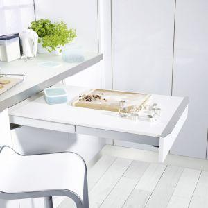 Niewielki blat wysuwany spod blatu roboczego to doskonałe rozwiązanie do małych kuchni. Może służyć jako dodatkowe miejsce do przygotowywania posiłków lub posłużyć za stół. Fot. Peka