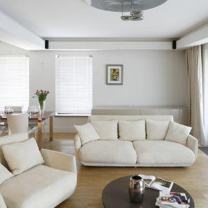 Sofa w duecie z wygodnym, rozłożystym fotelem tworzy kącik wypoczynkowy, który zachęca do chwili relaksu z filiżanką herbaty. Projekt: Kamila Paszkiewicz. Fot. Bartosz Jarosz