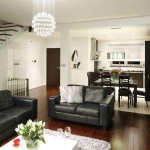 Skórzana, czarna sofa to klasa i elegancja sama w sobie. Projekt: Magdalena Biały. Fot. Bartosz Jarosz