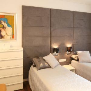 Ta nowoczesna sypialnia to połączenie funkcjonalności i wygody. Zastosowano tu kolory wprowadzające harmonię. Projekt: Małgorzata Galewska. Fot. Bartosz Jarosz