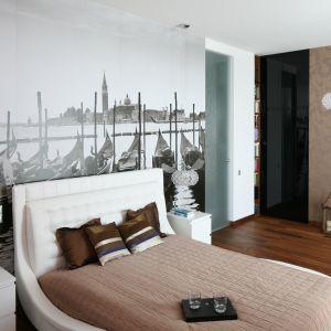 Wzorzysta tapeta w łatwy i szybki sposób może zmienić wnętrze naszej sypialni. Dekoracyjne motywy wprowadzą do wnętrza charakter. Projekt: Anna Maria Sokołowska. Fot. Bartosz Jarosz