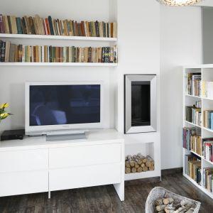 Wielbiciele książek potrzebują wiele miejsca do przechowywania. Świetnym sposobem na dużą ilość woluminów są proste półki ścienne i klasyczne regały. Projekt: Katarzyna Uszok. Fot. Bartosz Jarosz