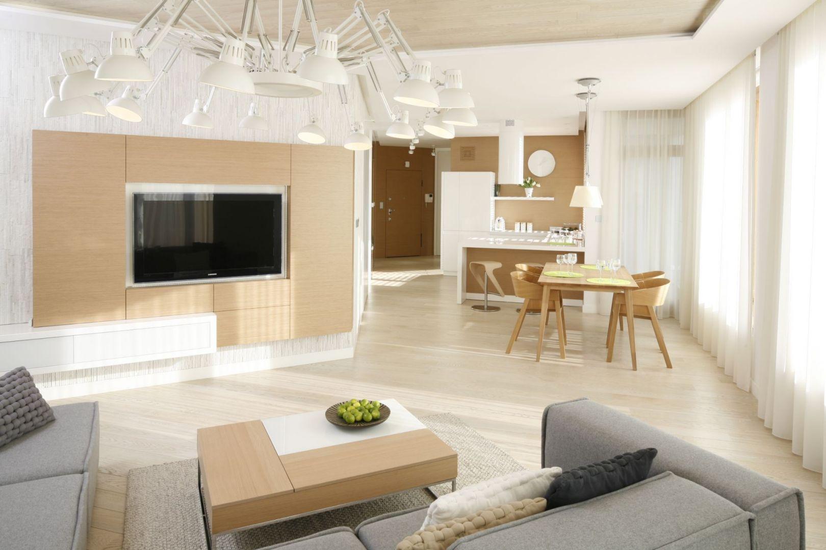 Wnętrze urządzonym w stylu minimalistycznym. Mimo że jest bardzo jasne, jest przytulne. A to za sprawą elementów z jasnego drewna. Projekt: Maciej Brzostek. Fot. Bartosz Jarosz