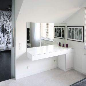 Toaletka w sypialni wykonana na zamówienie. Duże lustro oraz blat sprawia, że poranna toaleta staje się przyjemnością, a nie obowiązkiem. Projekt: Dominik Respondek. Fot. Bartosz Jarosz
