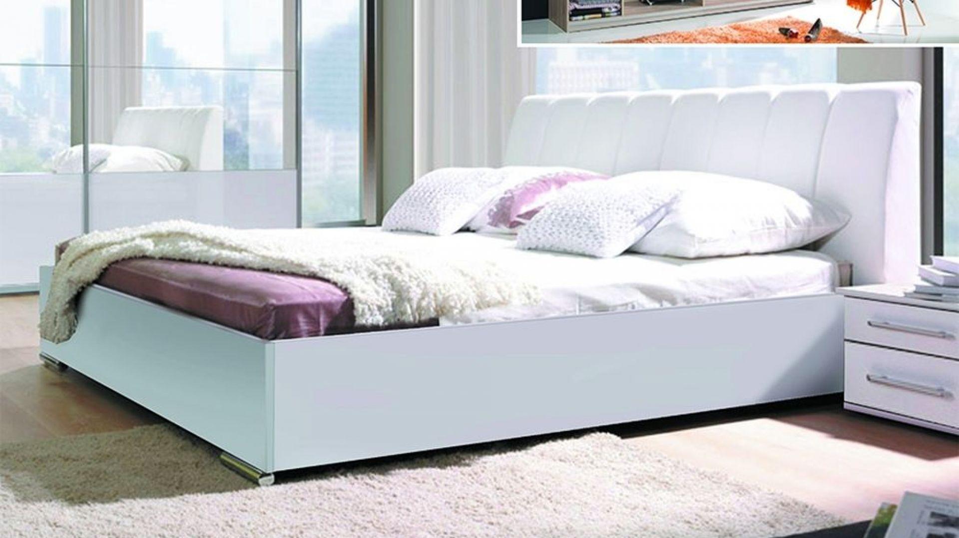 Łóżko tapicerowane Verona w kolorze białym. Dostępne jest w różnych tkaninach. Cena: około 650 zł. Fot. Meblosiek