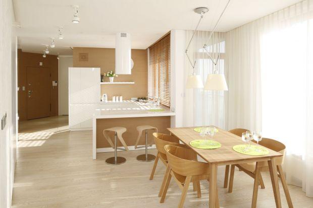 Kuchnia, łazienka, salon- kolory drewna sprawdzają się właściwie w każdym pomieszczeniu. Wprowadzają do niego ciepło, przytulność i skojarzenia z naturą.