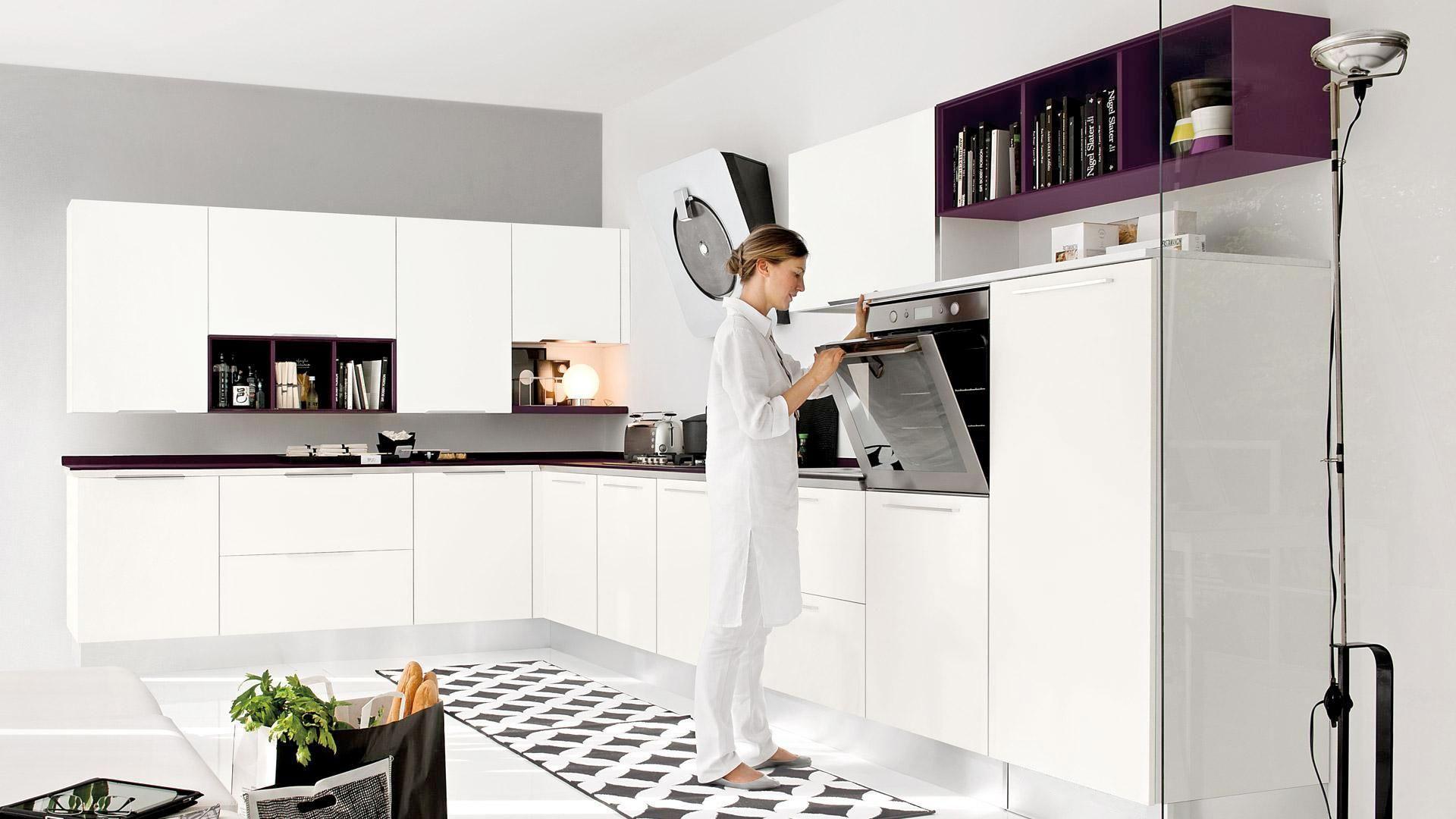 Kuchnia Pamela. Biel w połysku stwarza świetne tło dla bardziej oryginalnych dodatków, np. otwartych półek w kolorze fioletowym. Fot. Lube Cucine