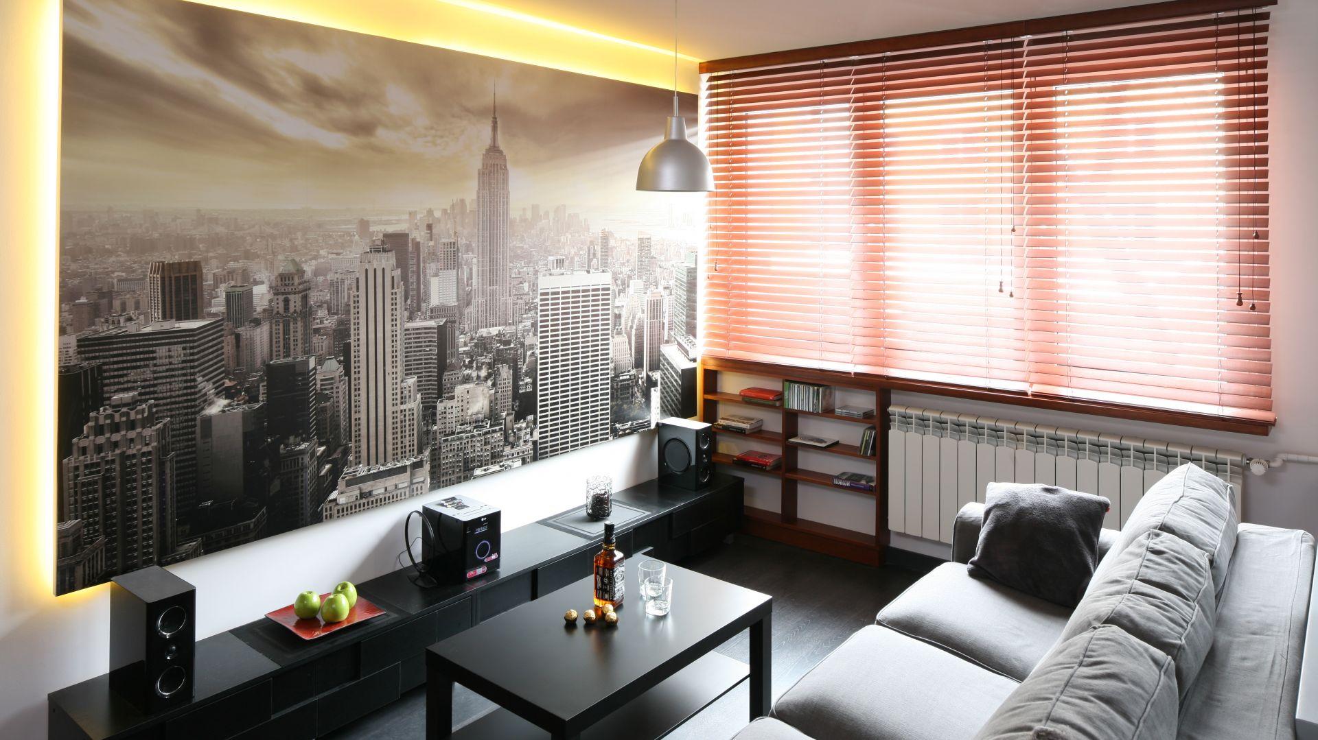 Piękna fototapeta to świetny detal w salonie. Zdjęcie przedstawiające panoramę Nowego Yorku z góry, nadaje wnętrzu głębi. Projekt: Katarzyna Karpińska-Piechowicz. Fot. Bartosz Jarosz