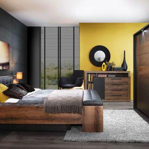 Elegancka sypialnia Bellevue. Efekt ten uzyskano dzięki połączeniu ciemnych dekorów Dąb Szlachetny i Dąb Czarny oraz pionowemu oświetleniu zamontowanemu w wezgłowiu łóżka. Fot. Forte
