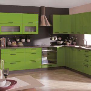 Kuchnia Livia w kolorze zielonym. Szafki mocowane są na regulowanych zawieszkach. Blat w kolorach grafit antracyt można dodatkowo doświetlić.  Fot. Gała Meble