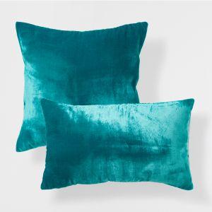 Turkus idealnie łączy się z szarością. Poduszki z połyskującej tkaniny przypominającej zamsz dodadzą wnętrzu luksusu. Fot. Zara Home