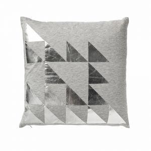Szare poduszki ozdobione srebrną aplikacją będą doskonałym uzupełnieniem sofy w szarym kolorze. Fot. Bloomingville
