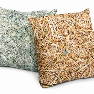 Poduszki przypominające wyglądem słomę czy siano to designerski dodatek we wnętrz. Z pewnością skupi na sobie uwagę. Fot. Dizeno/Dawanda