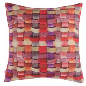 Poszewka przypominająca splecione sznurki w różnych kolorach ożywi szarą sofę i nada jej charakteru. Fot. Home&You