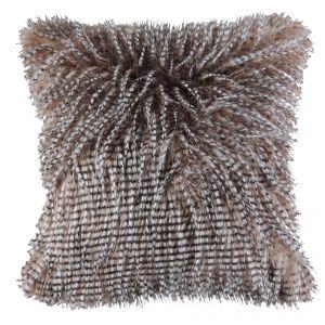 Puszyste poduszki są nie tylko przyjemne w dotyku, ale nadają też aranżacji salonu głębi. Fot. Home&You