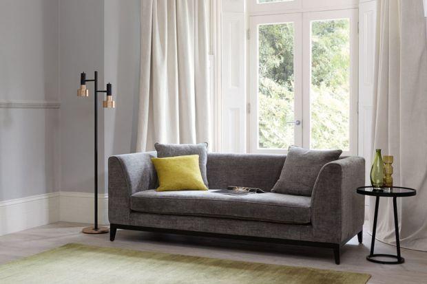 Kolor w salonie. 10 poduszek, które pasują do szarej sofy