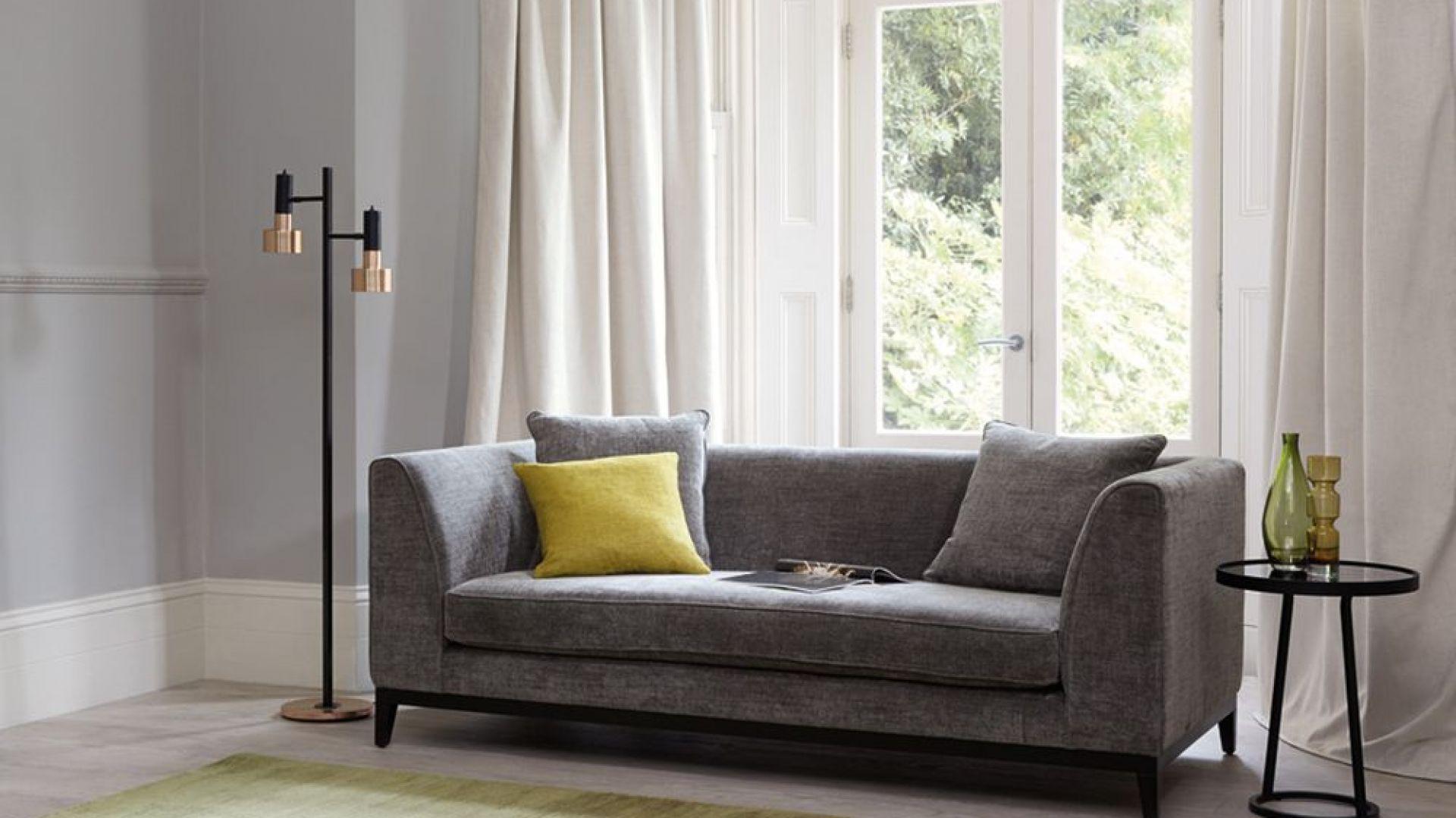 Szarą sofę warto ożywić poduszkami w soczystych, energetycznych kolorach. Do szarości doskonale pasują wszelkie odcienie barwy żółtej. Fot. Romo