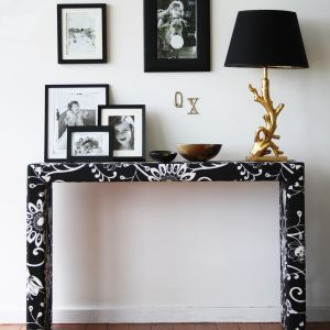 Poręczna konsolka to sposób na efektowną dekorację mieszkania. Sprawdza się także jako poręczne miejsc na klucze oraz inne drobiazgi. Fot. Eco Chic