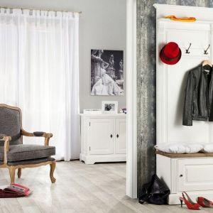 Garderoba do przedpokoju Brighton zainspirowana stylistyką angielską, dedykowana jest wąskim wnętrzom. Fot. Dekoria