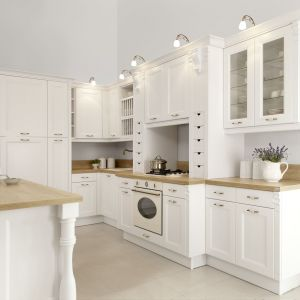 Kuchnia Cristallo jest pełna zdobień. Przeszklenia oraz otwarte półki dodają jej ciekawego wyglądu.  Fot. WFM Kuchnie
