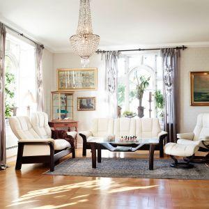 Sofa Windsor dedykowana jest do stylowych wnętrz. Meble wyposażone zostały w nowoczesny system rozkładania oparcia, zapewniają więc komfort wypoczynku. Fot. Ekornes