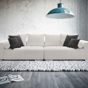 Sofa Marbeya Weiss wyróżnia się nowoczesną bryłą. Niskie siedziska oraz oparcia w formie poduch prezentują się bardzo elegancko. Fot. Delife