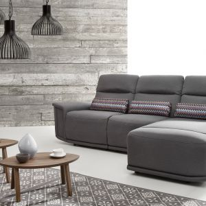 Narożnik Virgo ma nietypowy kształt, lekko geometryczny i bardzo nowoczesny. Dzięki poduszkom, które umieszcza się w okolicy odcinka lędźwiowego osoby siedzącej, komfort wypoczynku jest na prawdę duży. Fot. Etap Sofa