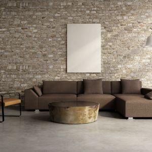 Narożnik Roy ma nowoczesne, minimalistyczne kształty. Głębokie siedzisko zapewnia ogromną wygodę siedzenia. Fot. Wooden Factory