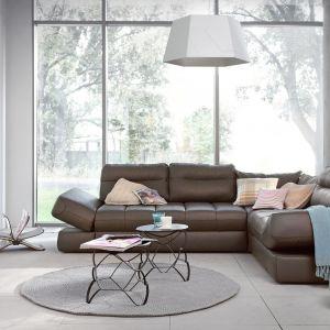Narożnik Amaral ma podnoszone boki, które mogą z powodzeniem zastąpić poduszkę podczas popołudniowej drzemki na sofie. Fot. Swarzedz Home