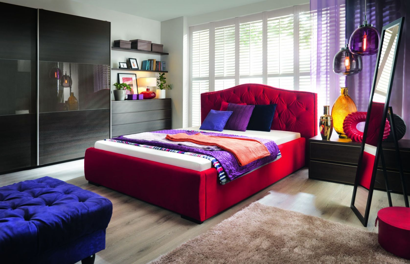 Aleksandra to piękne, tapicerowane łoże do sypialni, którego głównym atutem jest pikowany zagłówek. Fot. Black Red White