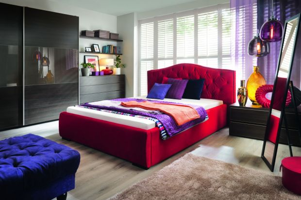 Sypialnia wygodna, ale też modna? To jak najbardziej możliwe. Wystarczy umiejętnie dobrać do wnętrza dodatki.