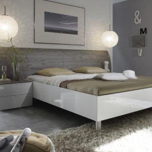 Łóżko Tambura z szarym zagłówkiem i lakierowaną na wysoki połysk białą ramą. Cena: ok. 2.588 zł. Fot. MC Akcent