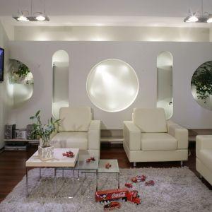 Jasny salon zaaranżowany w nowoczesnym stylu. Jasne meble oraz stolik 3 w 1 to główne elementy aranżacyjne. Projekt: Marcin Konopka. Fot. Monika Filipiuk-Obałek