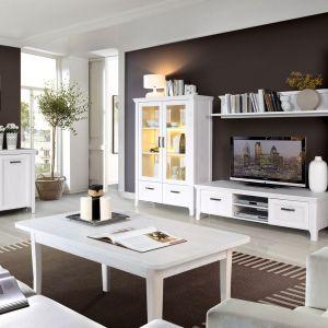 Kolekcja klasyczna w pięknych, jasnych kolorach sprawdzi się w salonie urządzonym na styl prowansalski. Dodatkowe, stylowe efekty można uzyskać w kolekcji Aleksandria dzięki oświetleniu w witrynach. Fot. Meble Forte