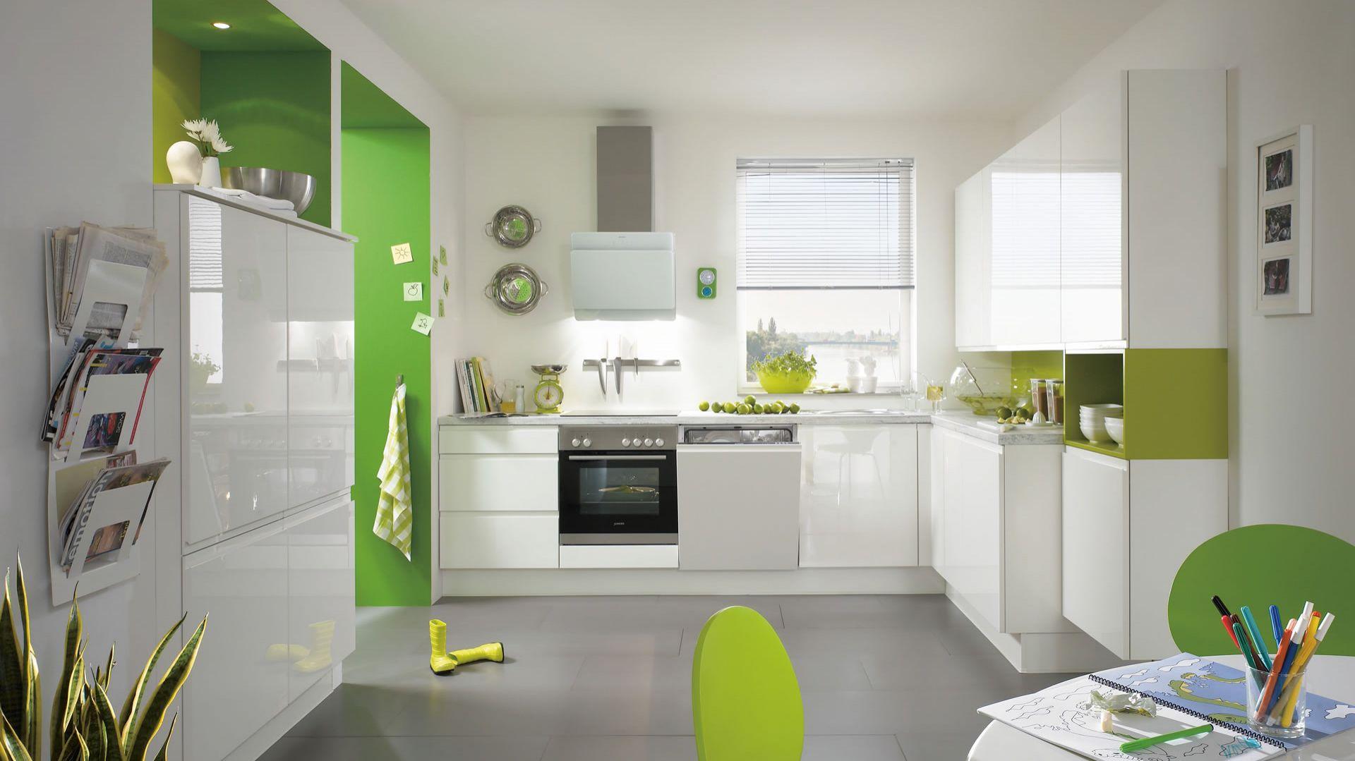 Połączenie bieli na wysoki połysk z soczystą, limonkową zielenią sprawi, że wnętrze będzie energetyczne i wesołe. Na zdjęciu kuchnia Pura 834. Fot. Nobilia