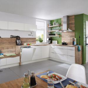 Biel i drewno to połączenie nie tyle piękne, co sprawdzone i bezpieczne. W każdej konfiguracji prezentuje się dobrze. W kuchni Focus 460 drewno stanowi ścianę nad blatem oraz otoczenie korpusów szafek. Fot. Nobilia