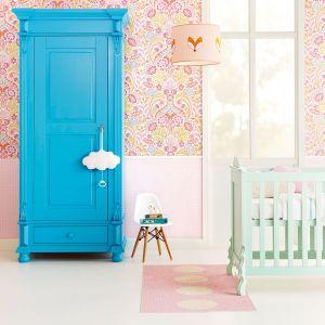 Tapeta z kolekcji Tout Petit z soczyście różowym wzorem. Sprawdzi się w pokoju dziewczynki. Fot. Decodore