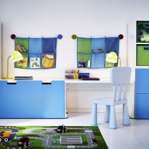 Kieszenie naścienne, pojemniki, koszyki i wszelkie inne przedmioty stworzone do przechowywania sprawdzą się w pokoju dziecka i pozwolą uporządkować zabawki. Fot. IKEA
